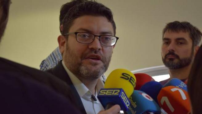 Miguel Sánchez atiende a los medios