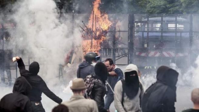 Manifestantes se enfrentan a la Policía durante la manifestación contra la reforma laboral en París