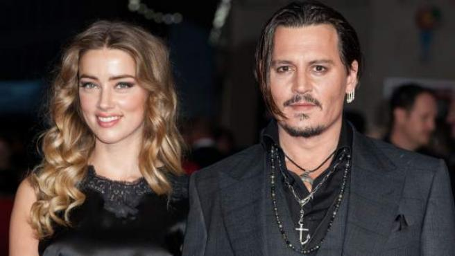 El actor Johnny Depp y su esposa, la también actriz Amber Heard, durante un estreno.