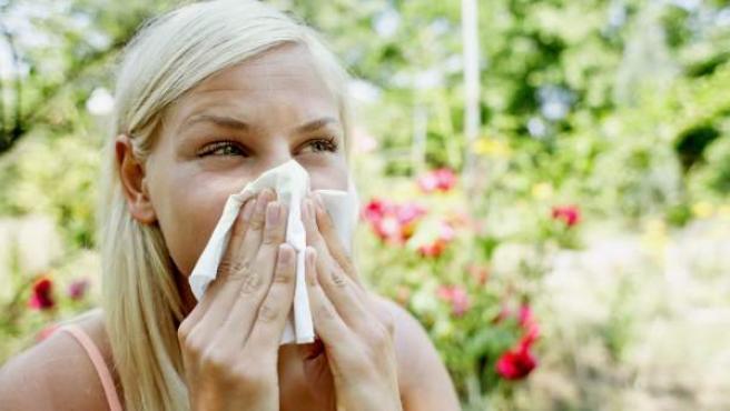 Una mujer con síntomas de alergia, en una imagen de archivo.