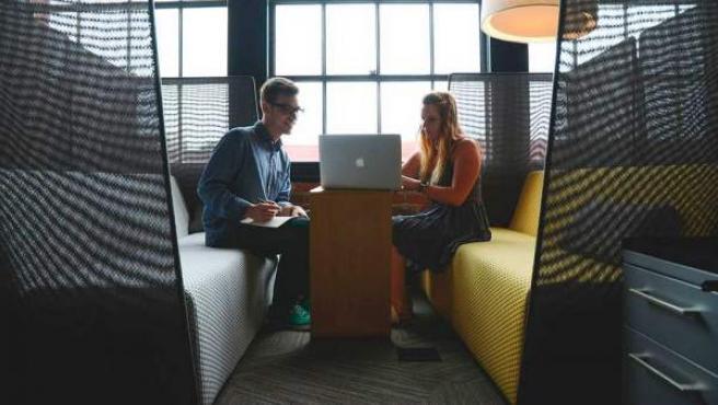 Dos jóvenes, trabajando como freelance.