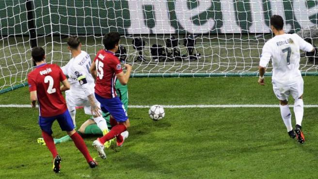 Momento en el que Sergio Ramos adelantaba 1-0 el marcador en favor del Real Madrid en la final de Champions.