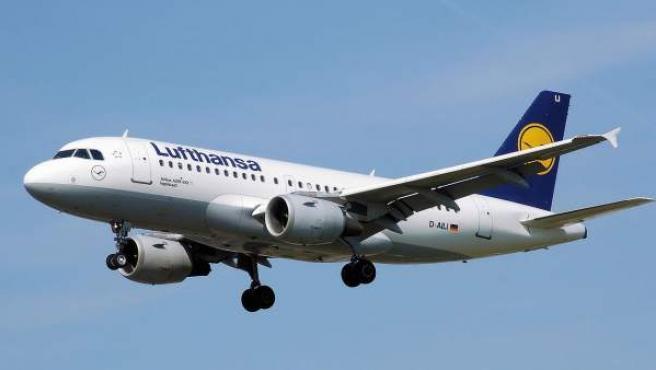 Imagen en vuelo de un avión Airbus A319 de la compañía alemana Lufthansa.