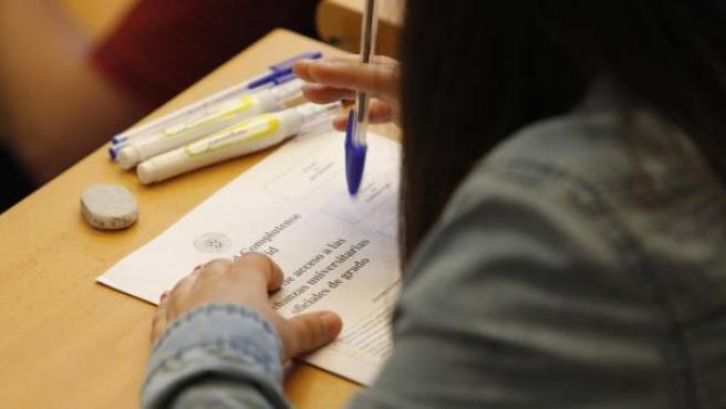 Una estudiante realiza el examen de selectividad en la Universidad Complutense de Madrid.