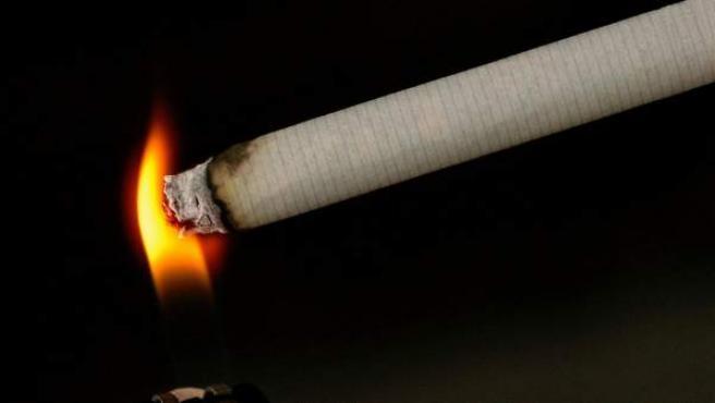 Imagen de archivo de una persona encendiendo un cigarrillo de tabaco.