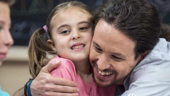 Pablo Iglesias abraza a una niña en el programa '26-J, quiero gobernar'.