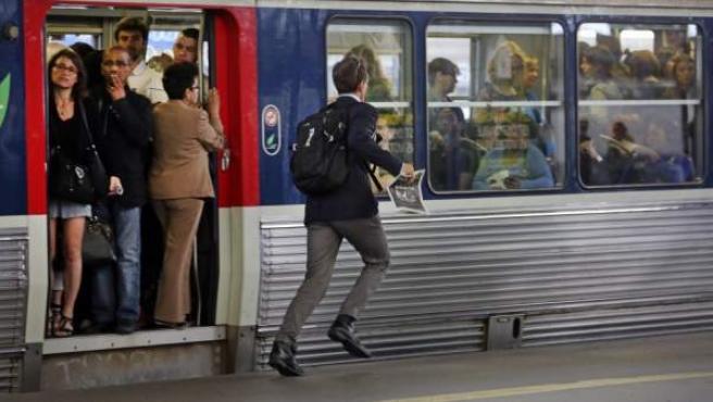 Un viajero corre para coger un tren en la estación de Saint Lazare (París), en una imagen de archivo.