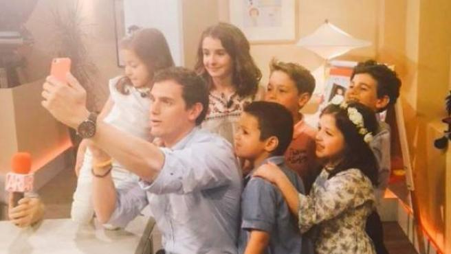 """Foto subida al twitter de Albert Rivera con motivo de su participación en el programa de TV """"26-J quiero gobernar""""."""