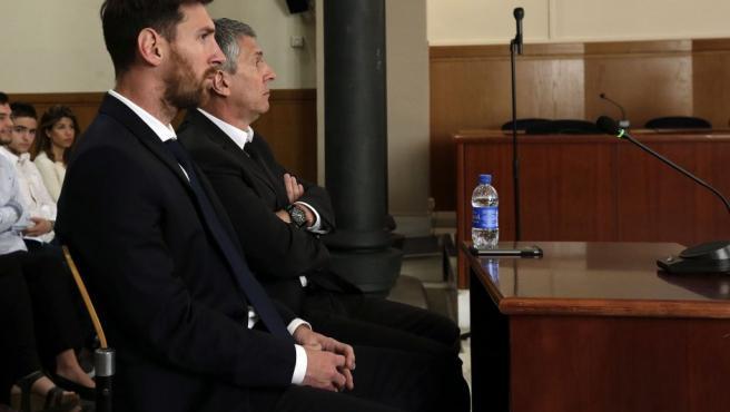 Leo Messi y su padre, Jorge Horacio Messi, en la sala de la Audiencia de Barcelona durante la tercera jornada del juicio que se siguió contra ellos por tres delitos fiscales.