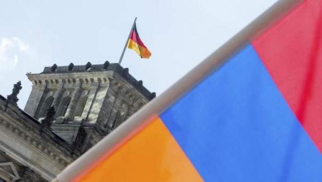 Una bandera armenia frente al parlamento alemán.