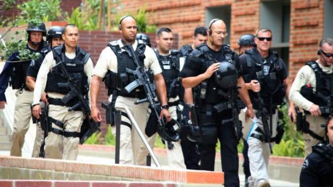 Agentes en la Universidad de California en Los Ángeles, tras un tiroteo.