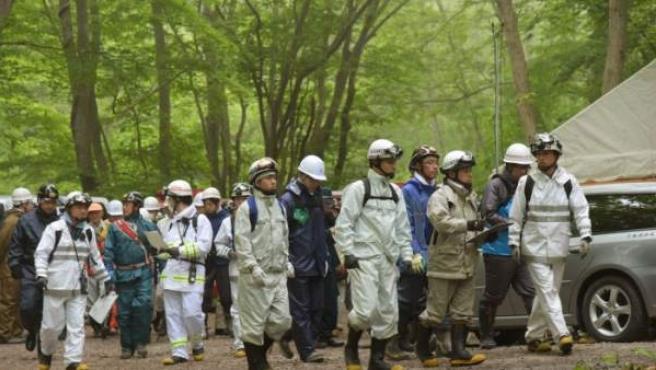 Efectivos de búsqueda del niño japonés perdido tras ser abandonado por castigo en cerca del monte Komagatake, en la isla japonesa de Hokkaido.