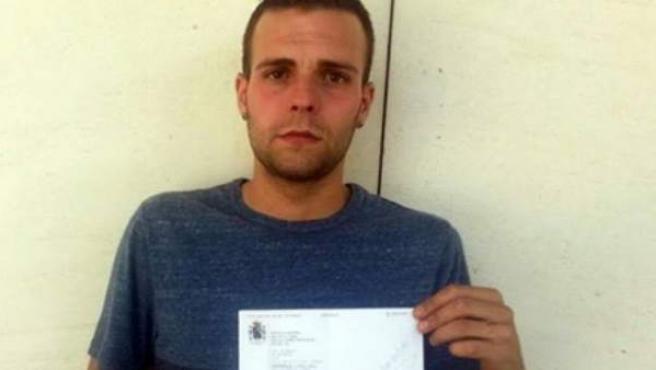 Alejandro Fernández, con la resolución que determina que debe entrar en prisión.