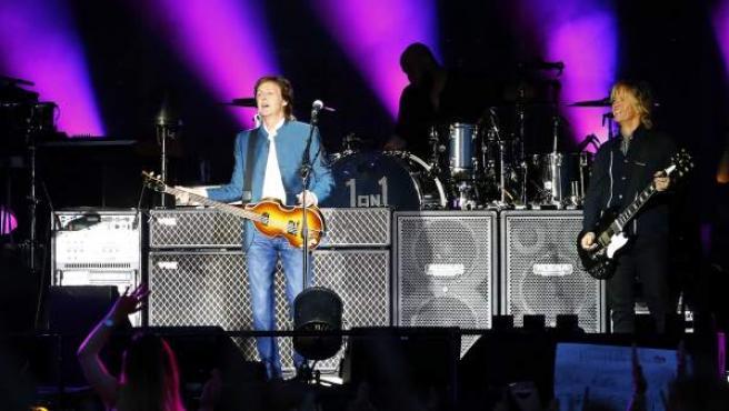 """El músico británico Paul McCartney, durante el concierto de su gira """"One on one"""" ofrecido en el estadio Vicente Calderón."""