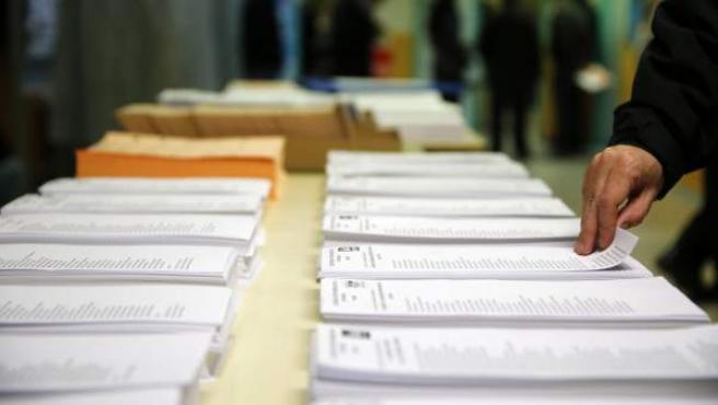 Papeletas de los diferentes partidos en el colegio electoral Repúplica de Ecuador, en Carabanchel, para los comicios generales del 20-D.