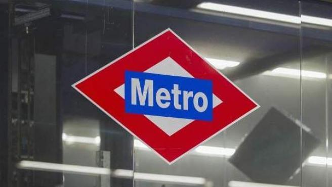 Logo de Metro de Madrid, en una estación.