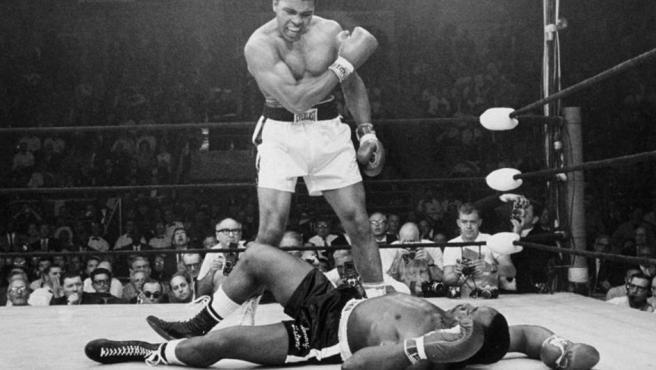 Muhammad Ali, entonces Cassius Clay, tumba a Sonny Liston en una de sus imágenes más icónicas sobre un ring.