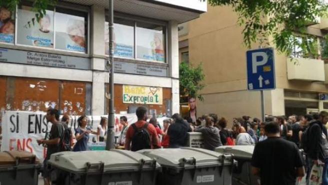 Algunos miembros del colectivo okupa han vuelto a entrar este sábado en el 'Banc expropiat'.