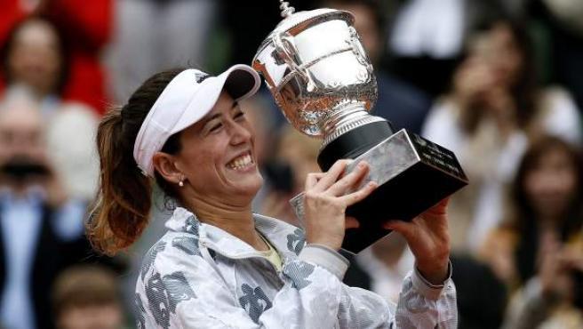La española Garbiñe Muguruza sujeta la copa que la certifica como ganadora de Roland Garros 2016.