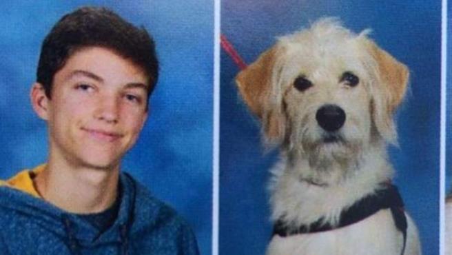 Harry Hulse, un estudiante de un instituto estadounidense, junto a su perro Taffy en la foto de graduación.