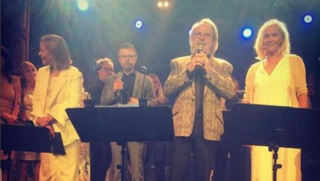 Los miembros de ABBA, reunidos de nuevo sobre un escenario.