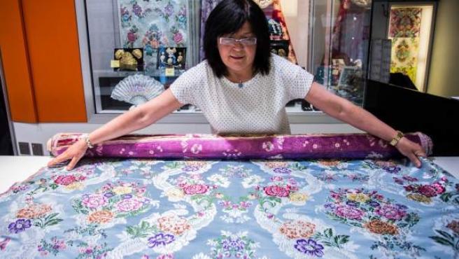 Los tejidos de seda siguen presentes en el barrio a través de las tiendas de indumentaria valenciana.