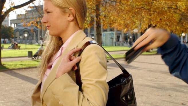Representación de un robo a manos de un carterista.