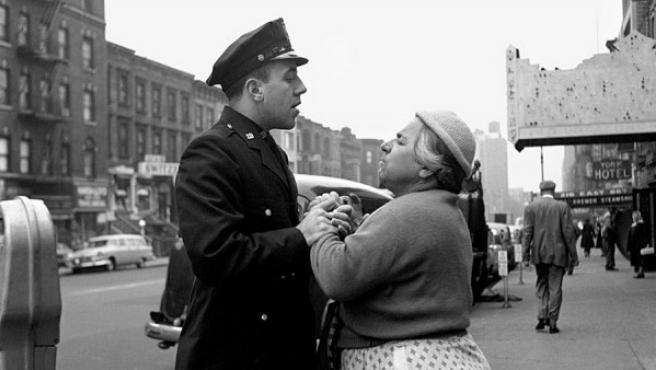 Una mujer armenia y un policía discuten acaloradamente en una calle de Nueva York y son retratados por Vivian Maier
