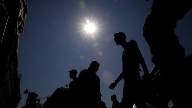Vista de la Puerta del Sol de Madrid, bajo un intenso calor.