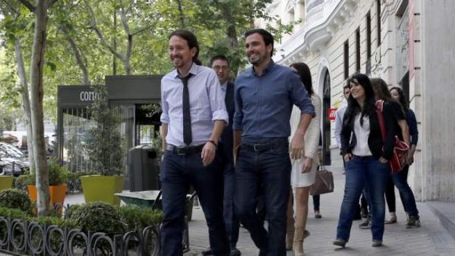 El líder de Podemos, Pablo Iglesias,acompañado por el coordinador general de Izquierda Unida y compañero de coalición en las proximas elecciones generales, Alberto Garzón.