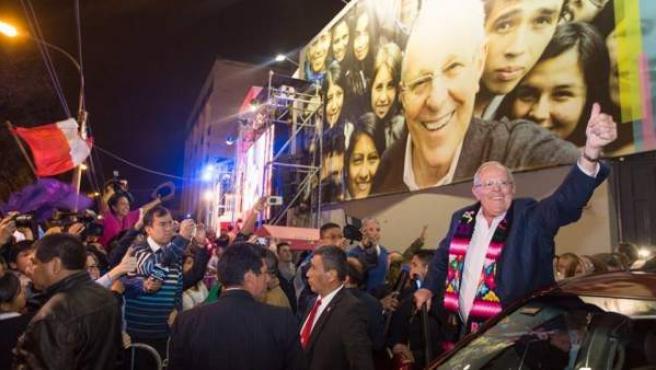 Pedro Pablo Kuczynski celebra el domingo 6 de junio de 2016, noche electoral, en Lima.