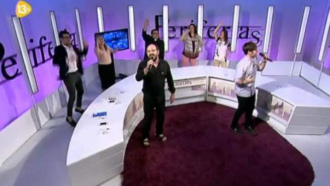 El padre Damián y Toño Casado cantan en 13TV.