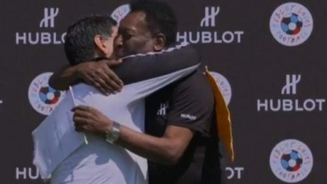 Abrazo entre Maradona y Pelé.