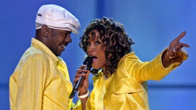 Whitney Houston y Bobby Brown, durante una actuación en 2003.