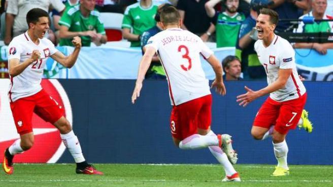 El polaco Arkadiusz Milik celebra su gol ante Irlanda del Norte.