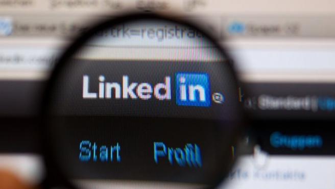 Logotipo de la red profesional Linkedin en una pantalla de ordenador.