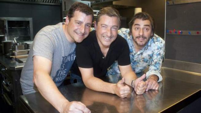 Los hermanos Roca, Josep (i), Joan (c) y Jordi (d), posan en la cocina del Celler de Can Roca.