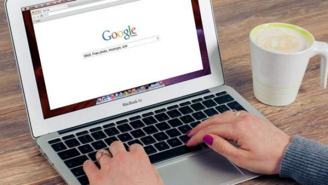 Un usuario con la página de Google.