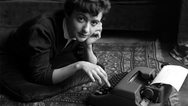 Sabine Weiss retrata a Françoise Sagan en 1954, tras la edición de la novela 'Buenos días tristeza'