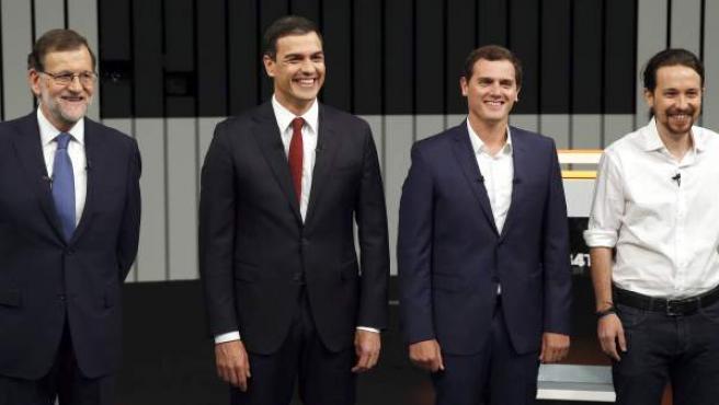 Los aspirantes presidenciales antes de comenzar el debate cuatro.