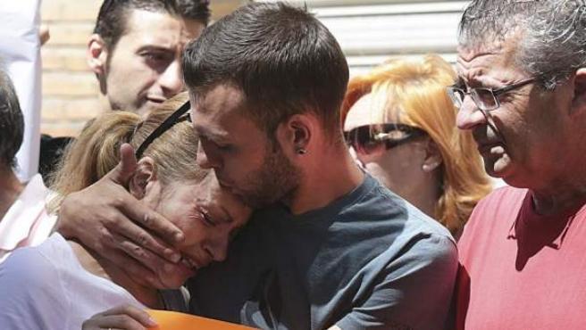 Alejandro Fernández consuela a su madre durante la concentración celebrada en su apoyo.