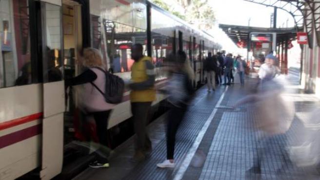 Varios pasajeros suben a un tren de Rodalies en la estación de Mataró (Barcelona).