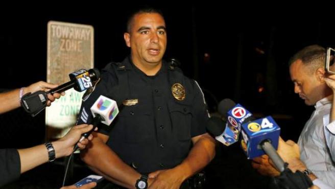 El sargento de la policía de Fort Pierce David Cuti hace una declaración sobre el lugar residencia del sospechoso del tiroteo Omar Mateen.