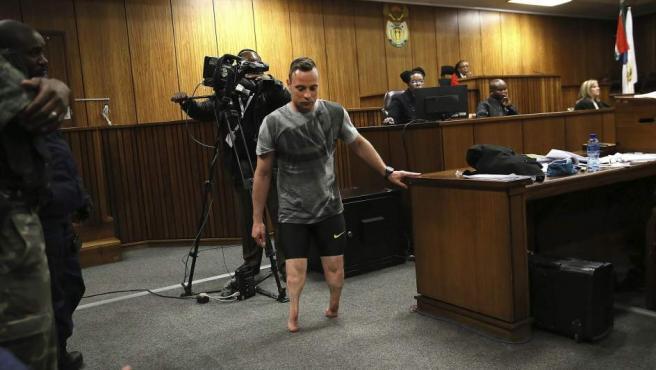 El atleta Oscar Pistorius intenta mostrar su vulnerabilidad caminando sin sus prótesis ante el tribunal que debe dictar la nueva pena por el asesinato de su novia.