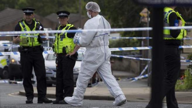 Agentes de la policía científica recogen muestras en el lugar donde la diputada laborista Jo Cox fue atacada con un arma de fuego en Birstall, al norte de Inglaterra, Reino Unido.
