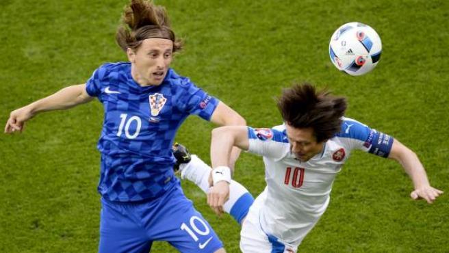 Modric y Rosicky, los dos estandartes de sus equipos sobre el campo, pelean por un balón aéreo durante el República Checa - Croacia.