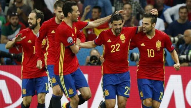 Juanfran, Morata, Busquets, Nolito y Fàbregas celebran un gol de España ante Turquía.