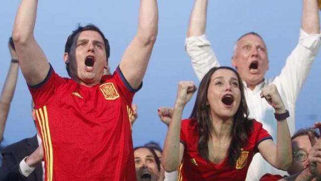 El líder de Ciudadanos, Albert Rivera, junto a Inés Arrimadas, sigue el partido de la Eurocopa entre España y Turquía a través de la pantalla gigante instalada junto al Arco de Triunfo de Barcelona.