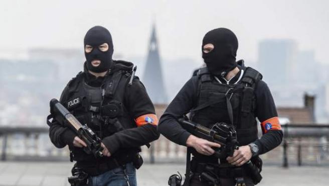 Policías enmascarados vigilan en Bruselas.