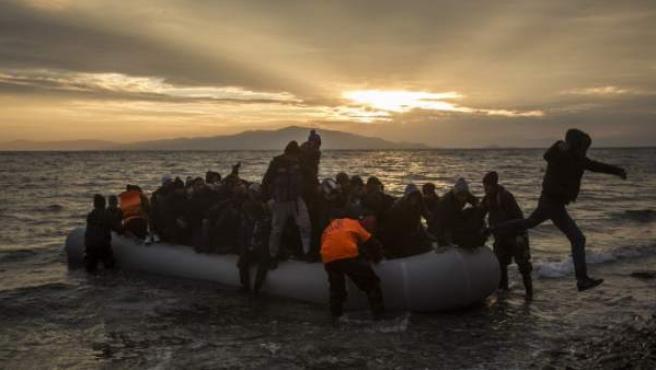 Una patera llega a la isla griega de Lesbos con decenas de refugiados en su interior.